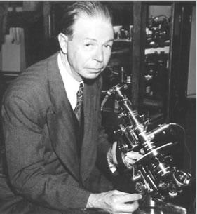 Dr. Rife mit seinem Elektronenmikroskop
